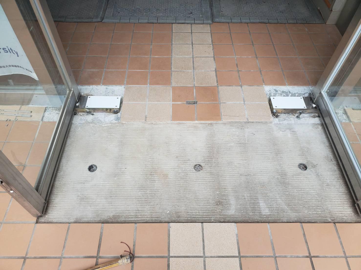 ステンレス製建具のフロアヒンジ交換と扉ねじれ修正|東京都品川区内某学校法人