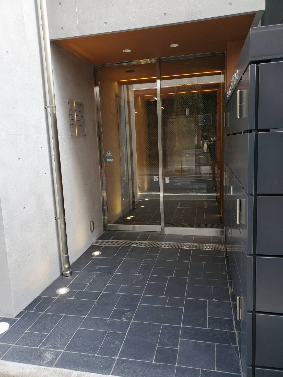 屋外高圧供給用配電盤 隠しパネル|東京都立川市某商業テナントビル